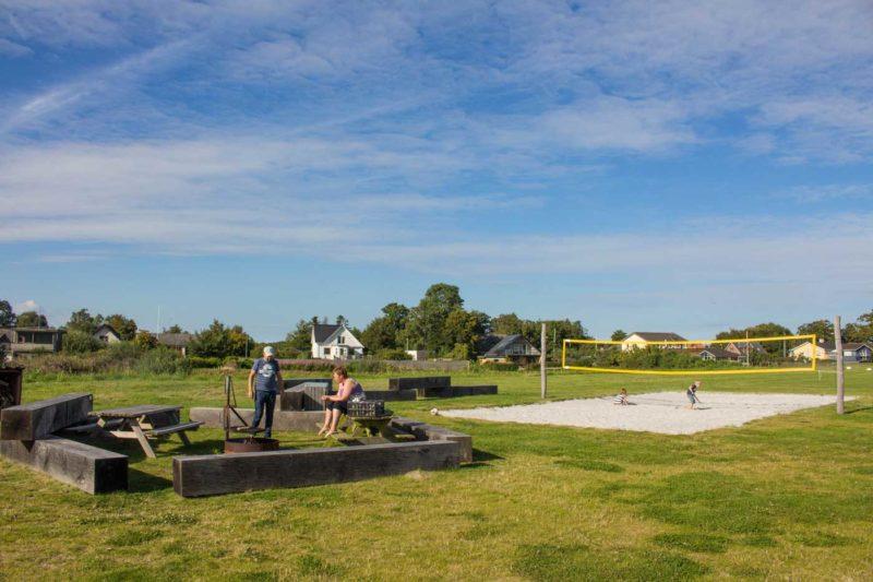 Besøgende ved beachvolleybanen og bålpladsen med brænde ved Udbyhøj strand
