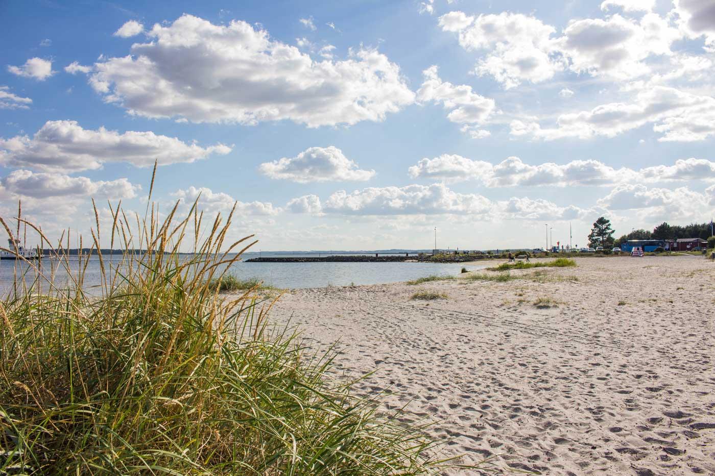Udbyhøj strand på en varm dag i august. Kun 2 km fra feriehuset i Søding