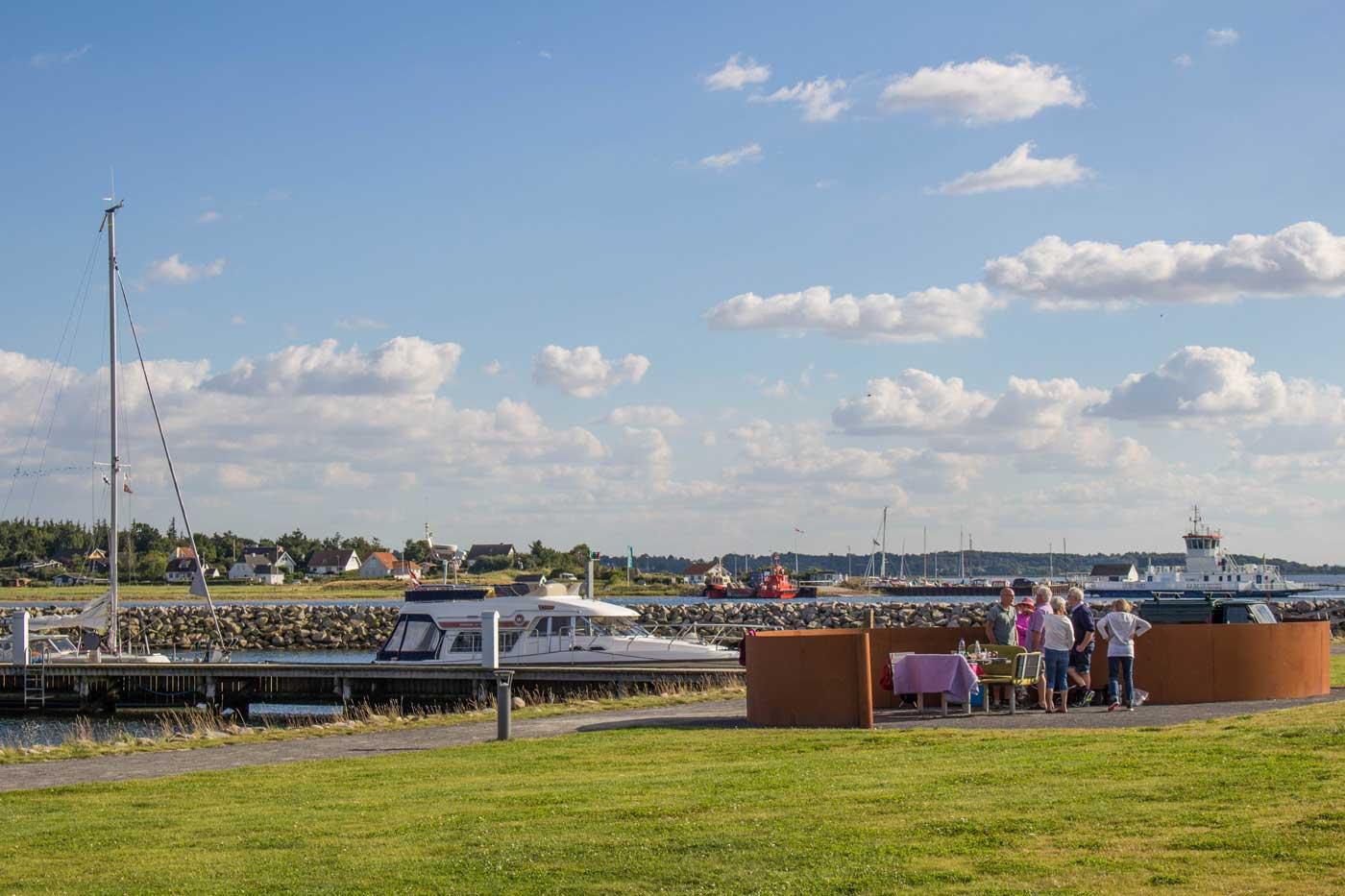 Ved havnen i Udbyhøj kan man sidde og få et måltid ved et af de mange spiseborde