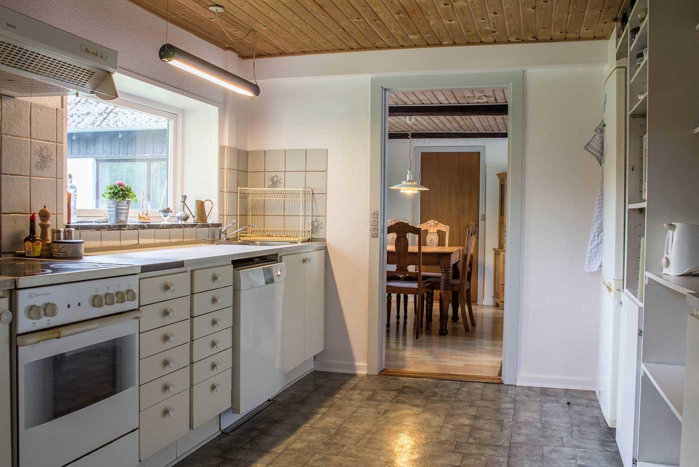 Køkkenet med ovn, kogeplade, kølefryseskab, elkedel, mikroovn, mv.