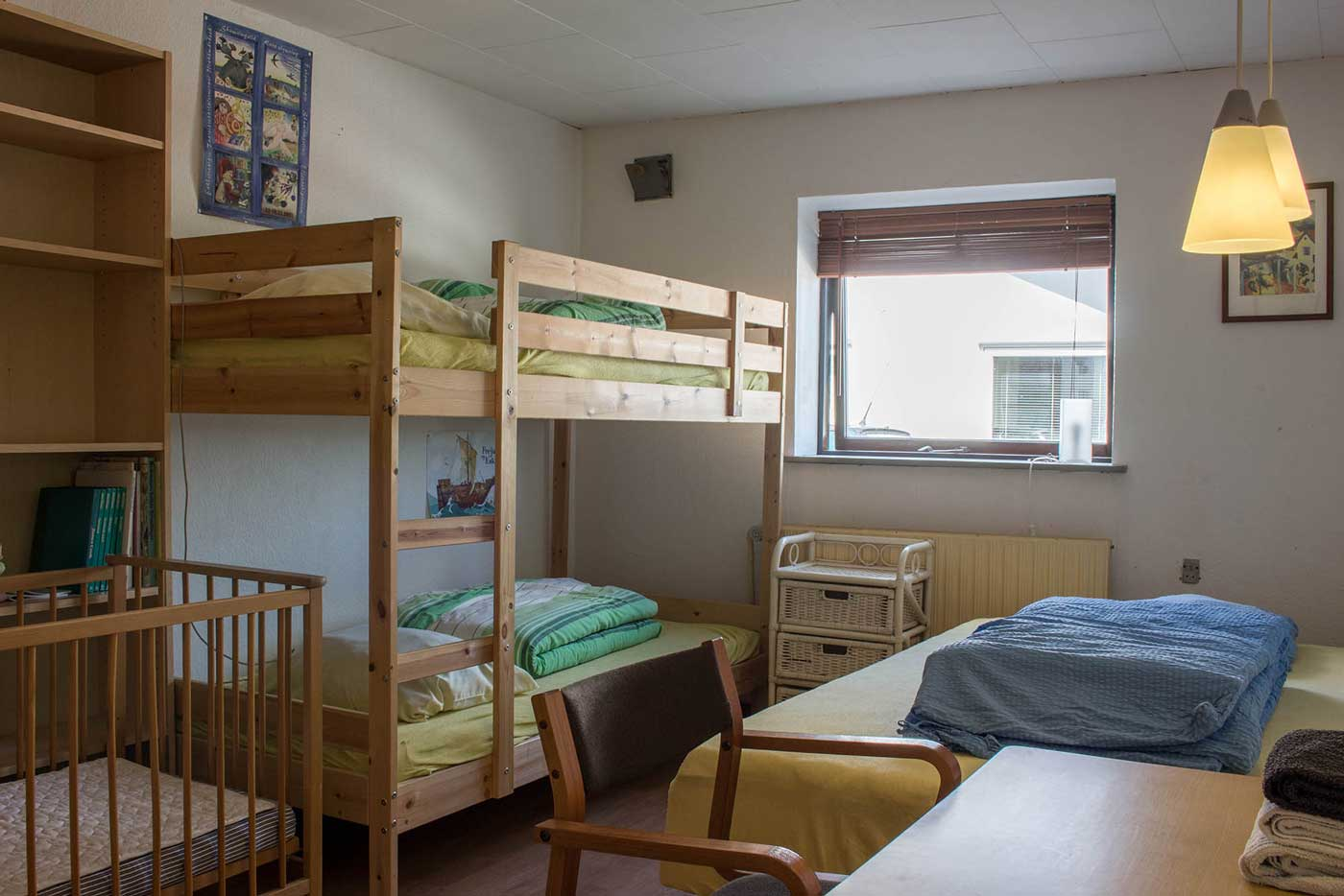 Det ene værelse med køjeseng, 3/4 seng og skrivebord