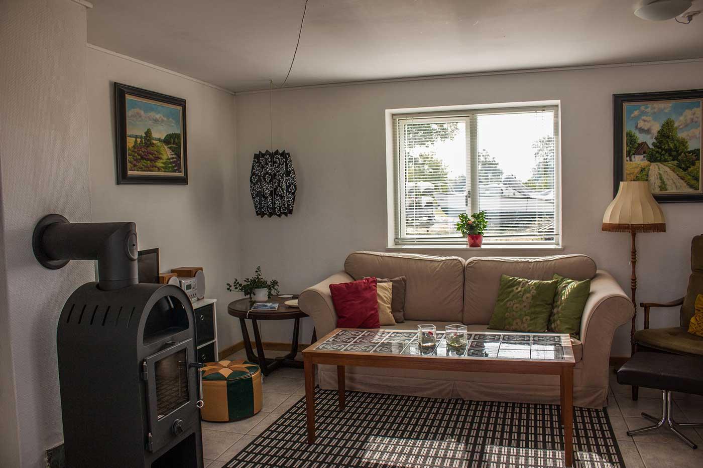 Stuen med sofa, TV og brændeovn