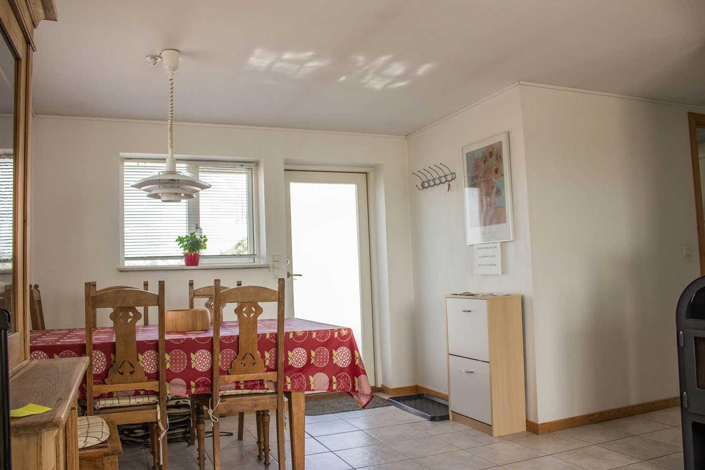 Spisepladser i stuen mad gangen på til højre mod køkkenet