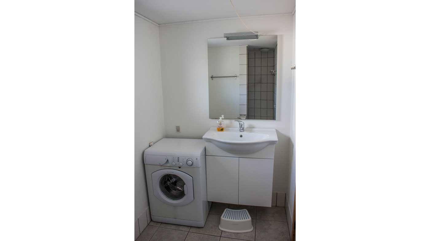 Lejligheden badeværelse med vaskemaskine og stor bruserniche