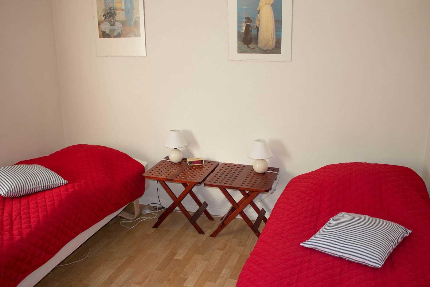Soveværelse med to enkeltsenge og adgang til stuen
