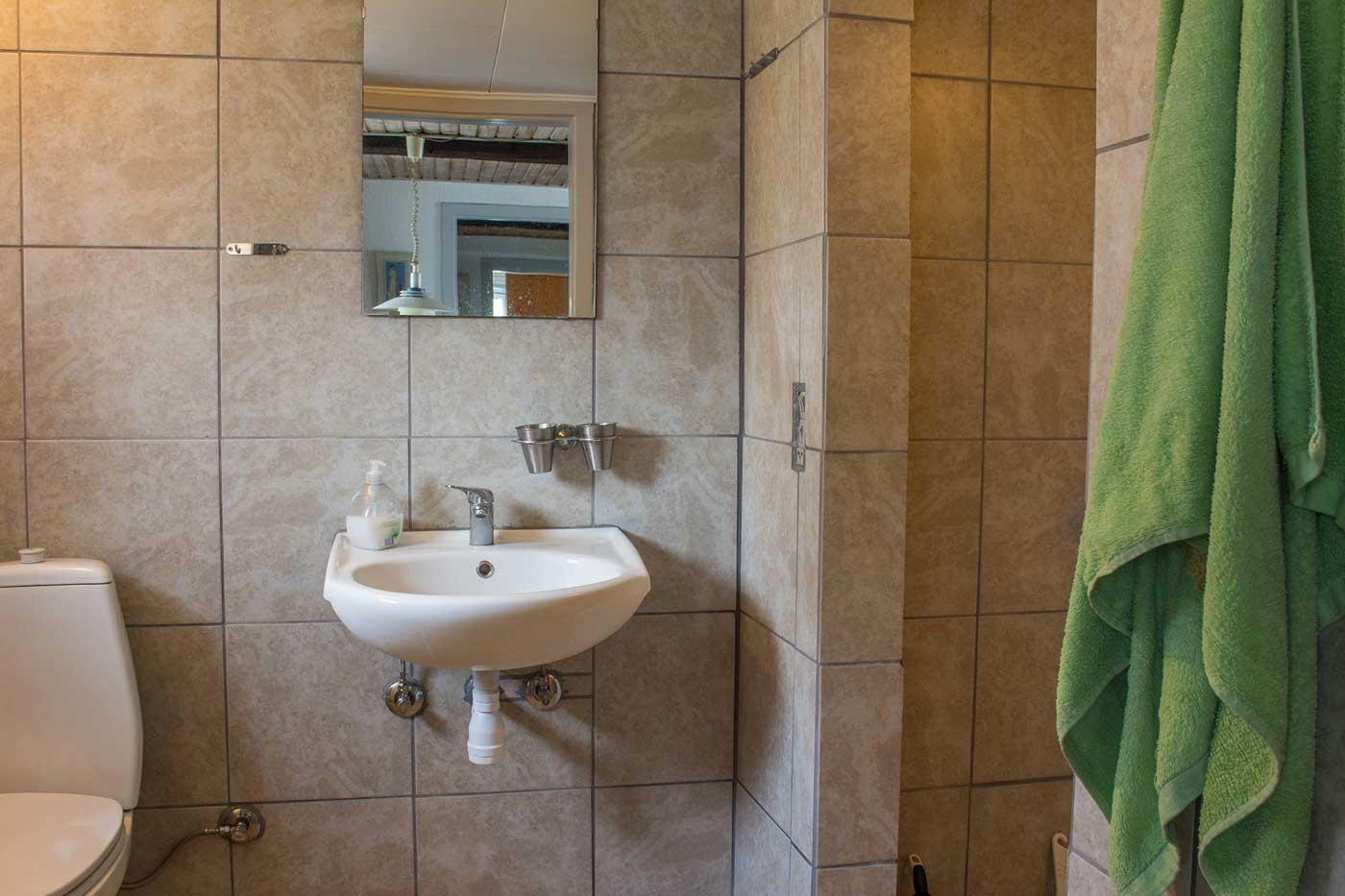 Badeværelset i lejligheden med god plads og store bruseniche